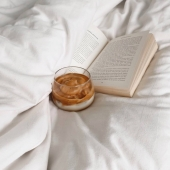 Wouldn't mind a dalgona iced coffee in bed, now ☕️ #needabreak  .  #coffee #coffeetime #cafe #dalgonacoffee #book #livre #pause #break #coffeebreak #bed #inbed #icedcoffee #americano